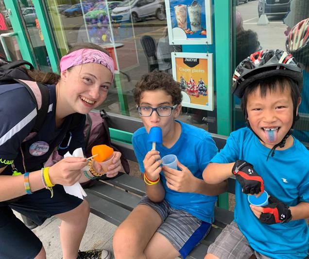 Enfants au camp d'été mangent des popsicle