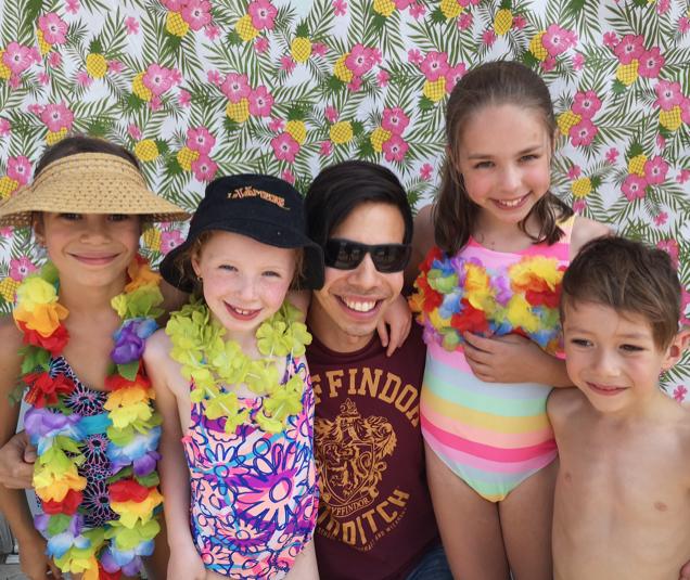 Enfants au camp d'été prêts pour la baignade