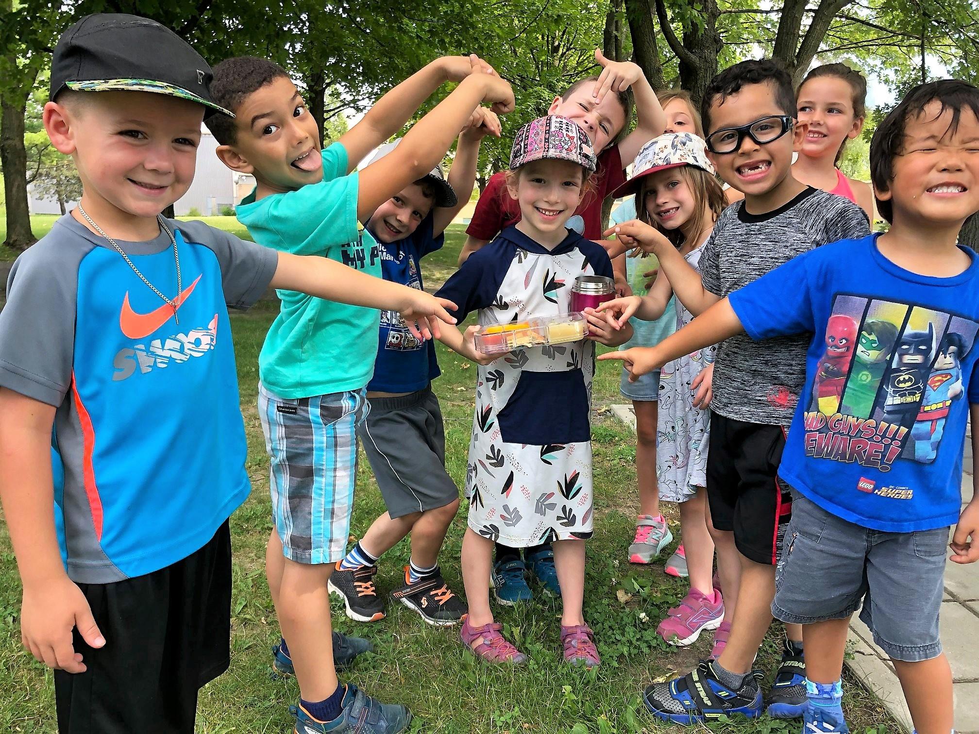 Jeunes enfants dehors aux camps de jour modulo