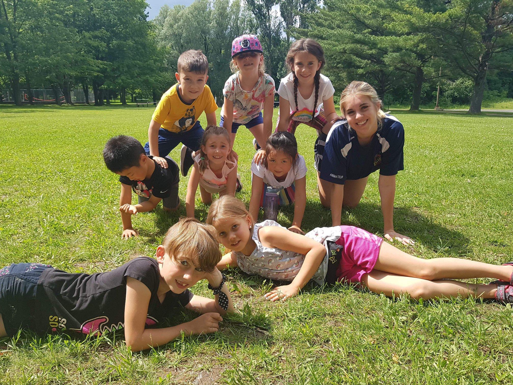 Enfants dehors aux camps modulo