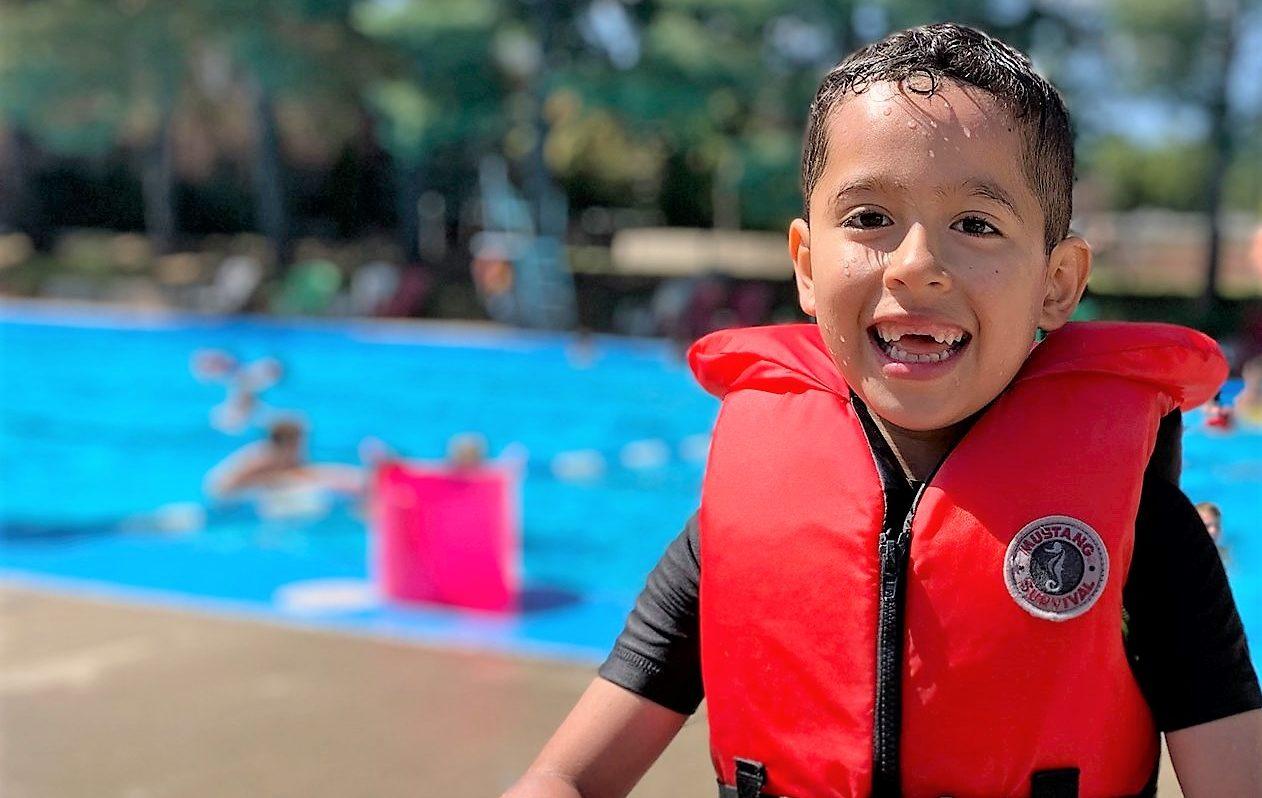 Enfant à la piscine au camp de jour modulo