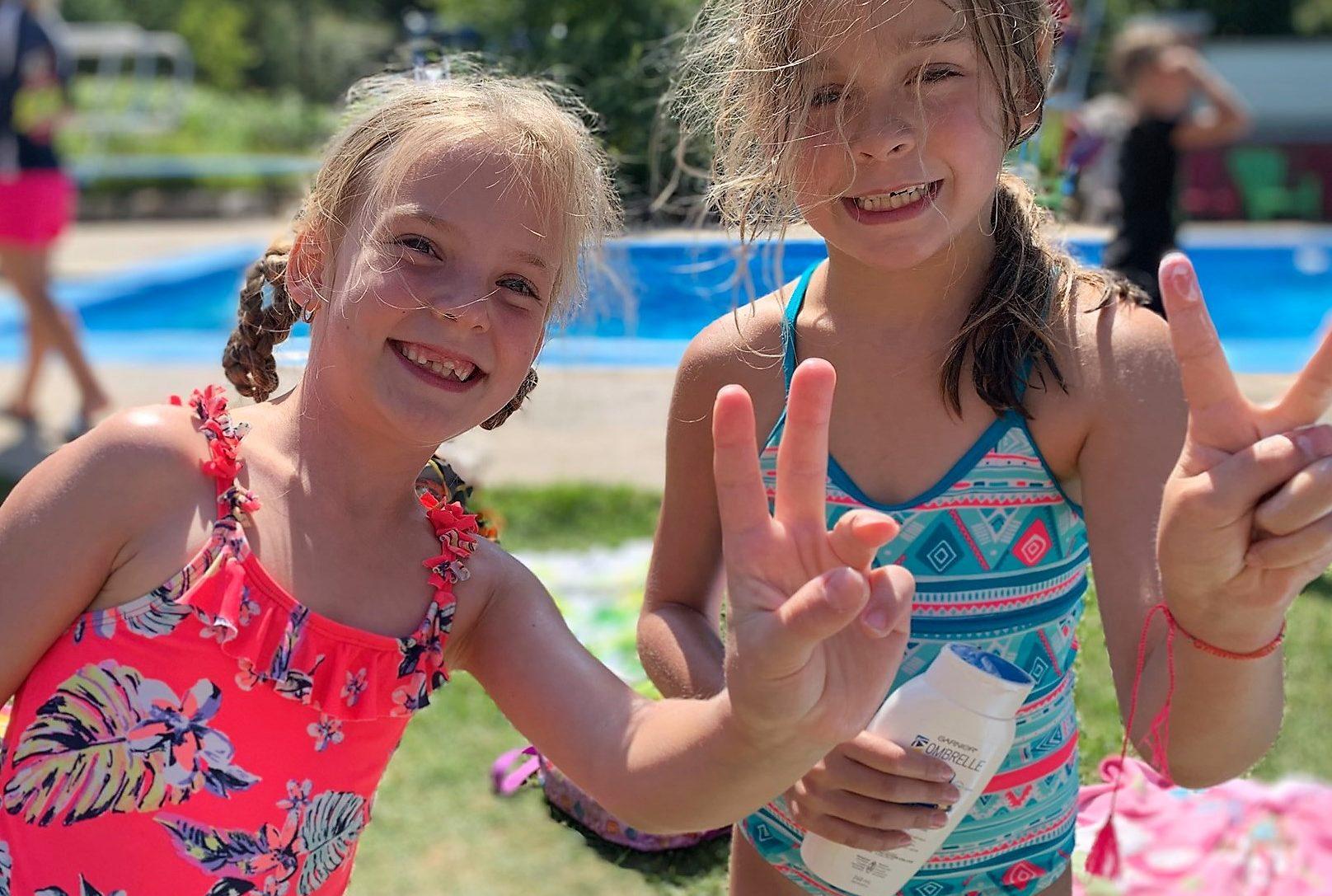 2 filles à la piscine au camp d'été
