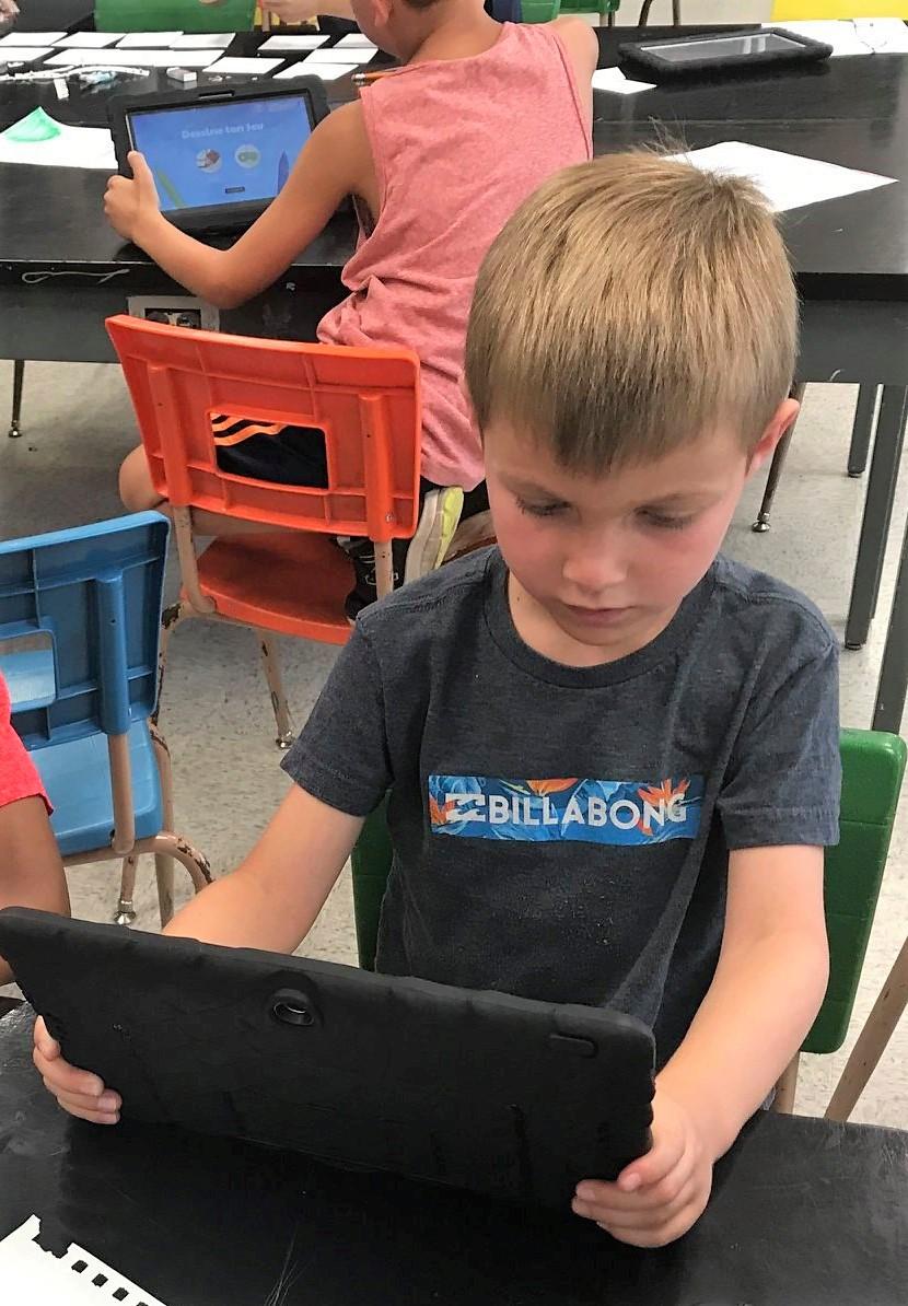 Enfant concentré au camp de jour