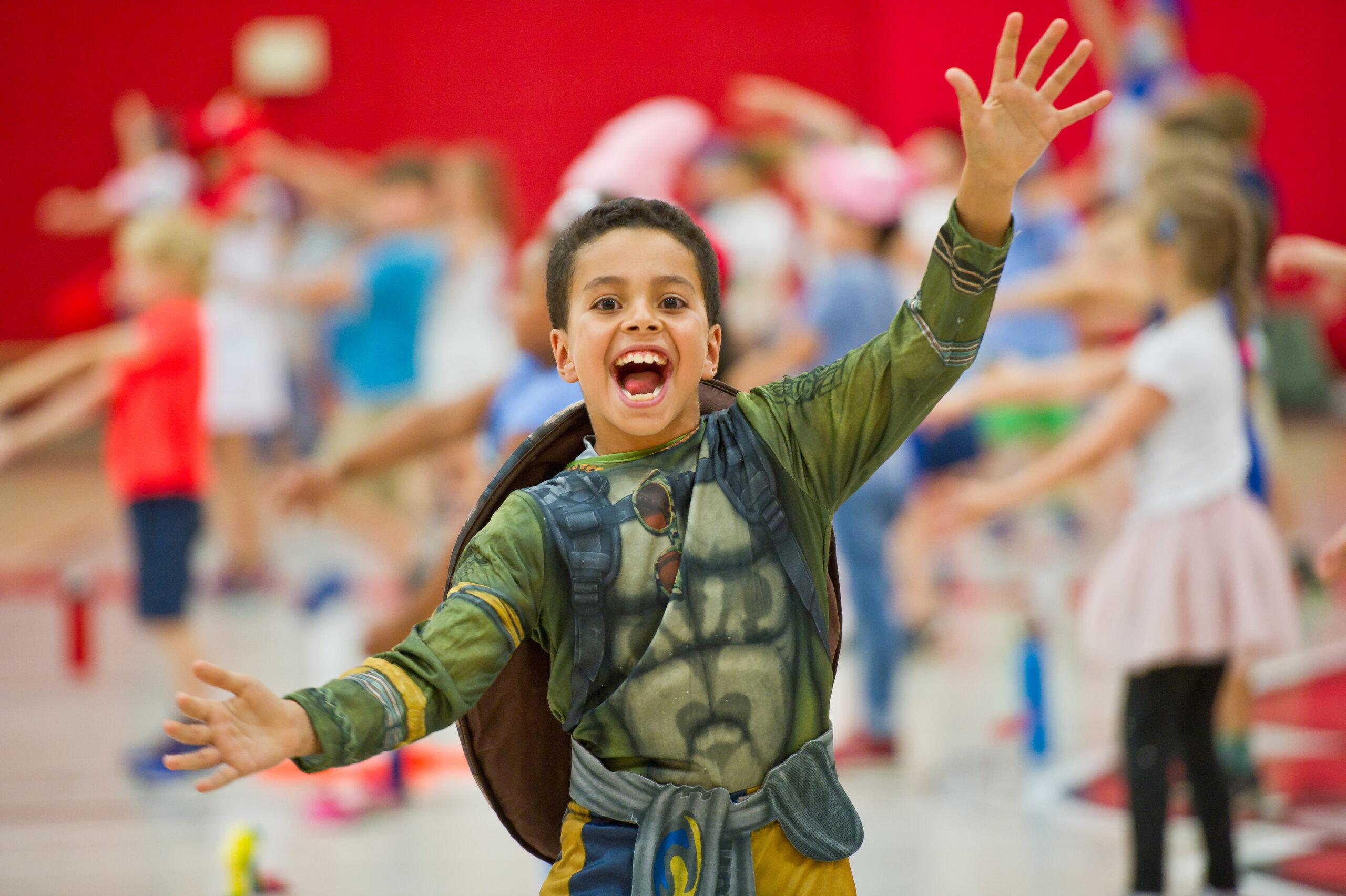 Jeune garçon déguisé en tortue au camp de jour