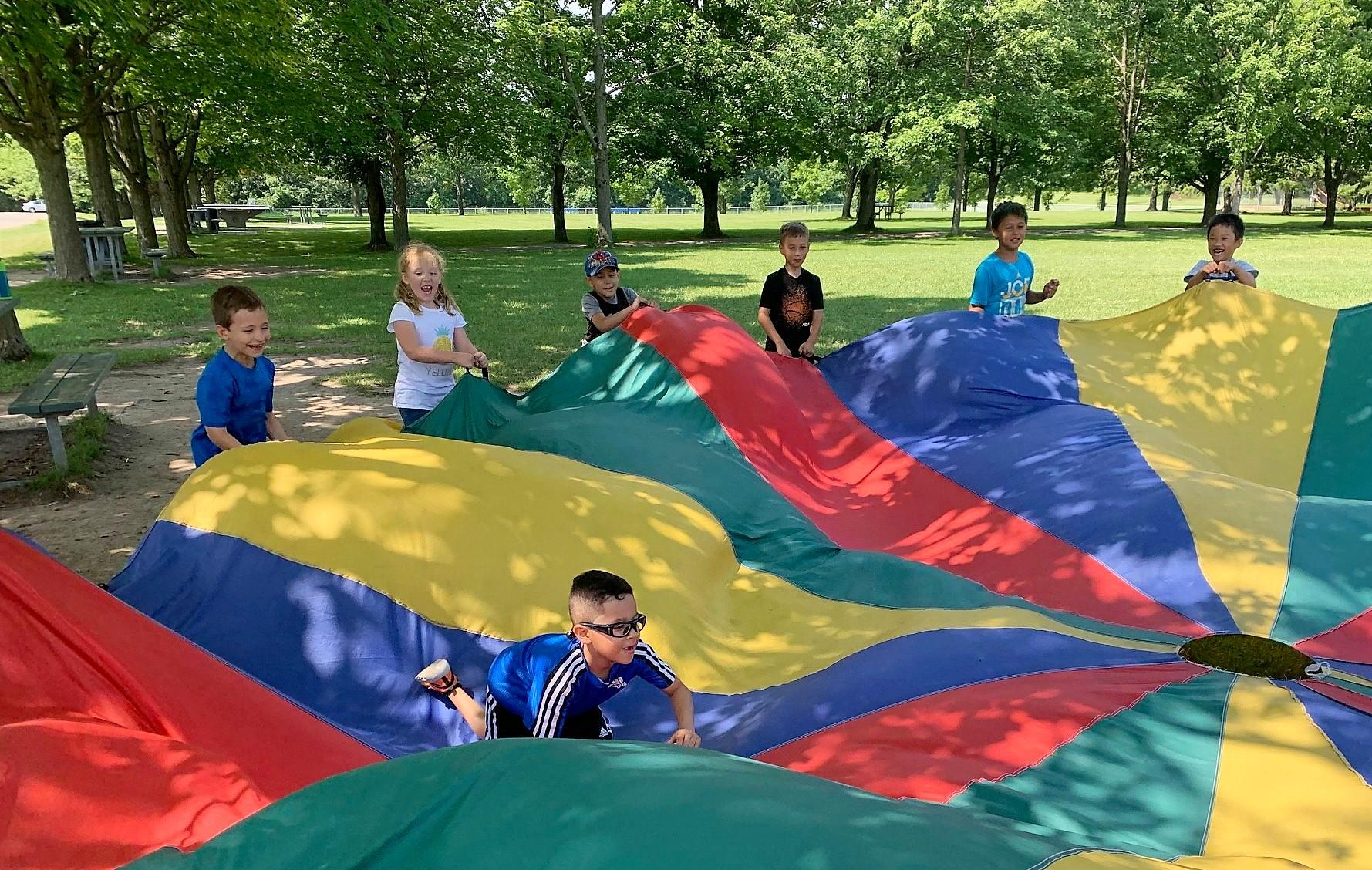Enfants qui jouent dehors au camp d'été
