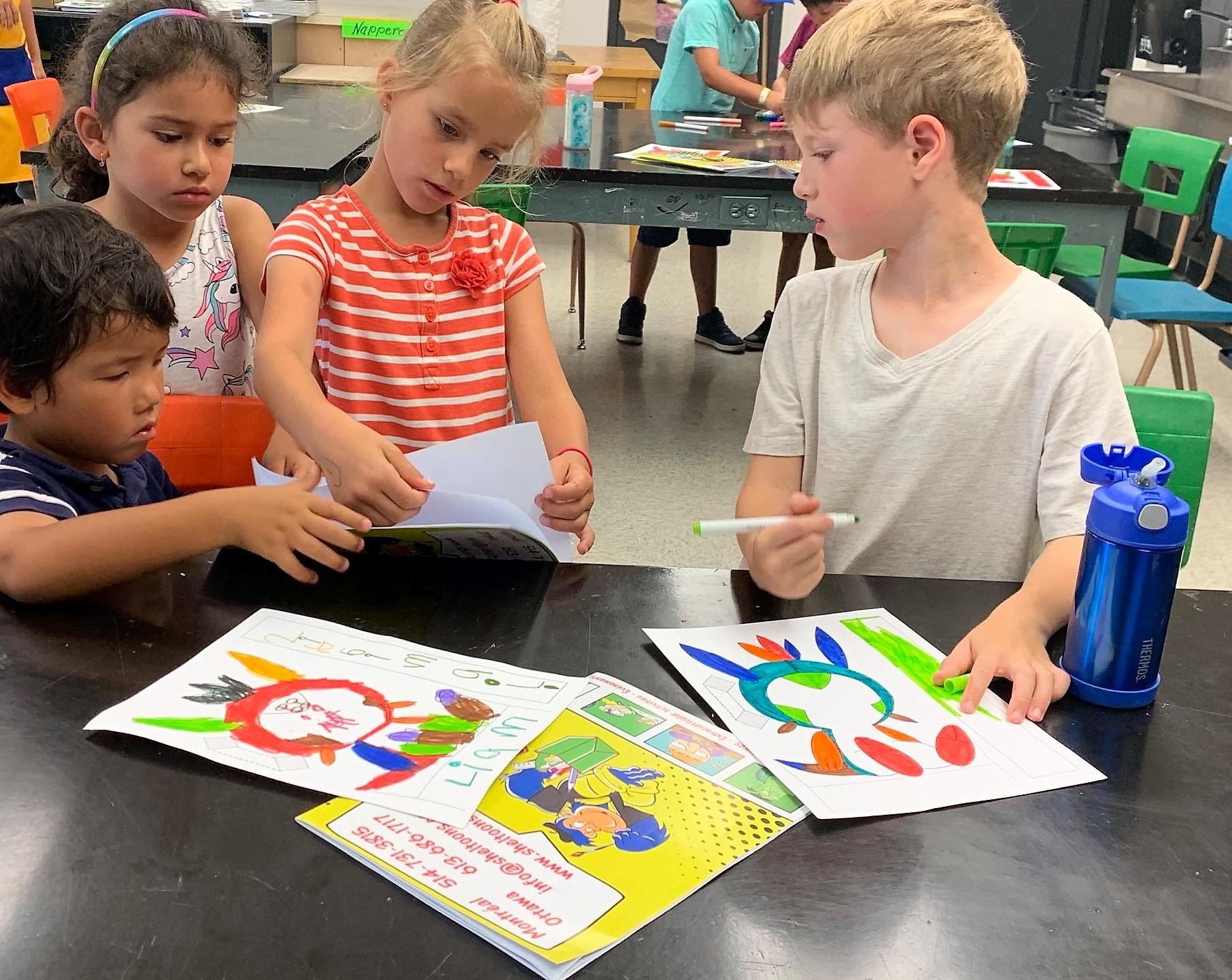 Enfants qui dessinent au camp de jour