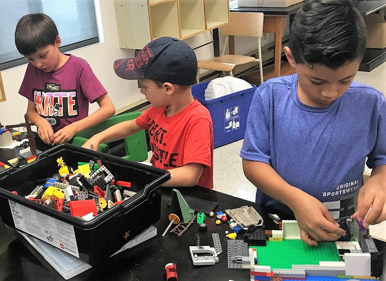 Enfants jouent aux legos au camp de jour
