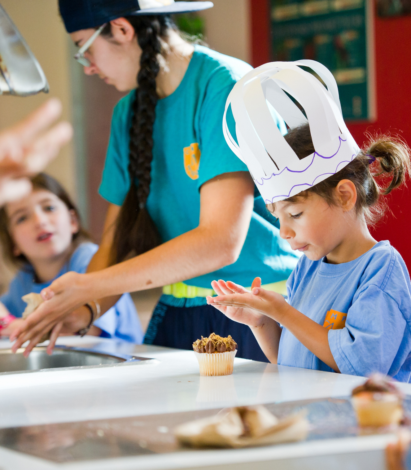 Jeune fille cuisine au camp de jour modulo
