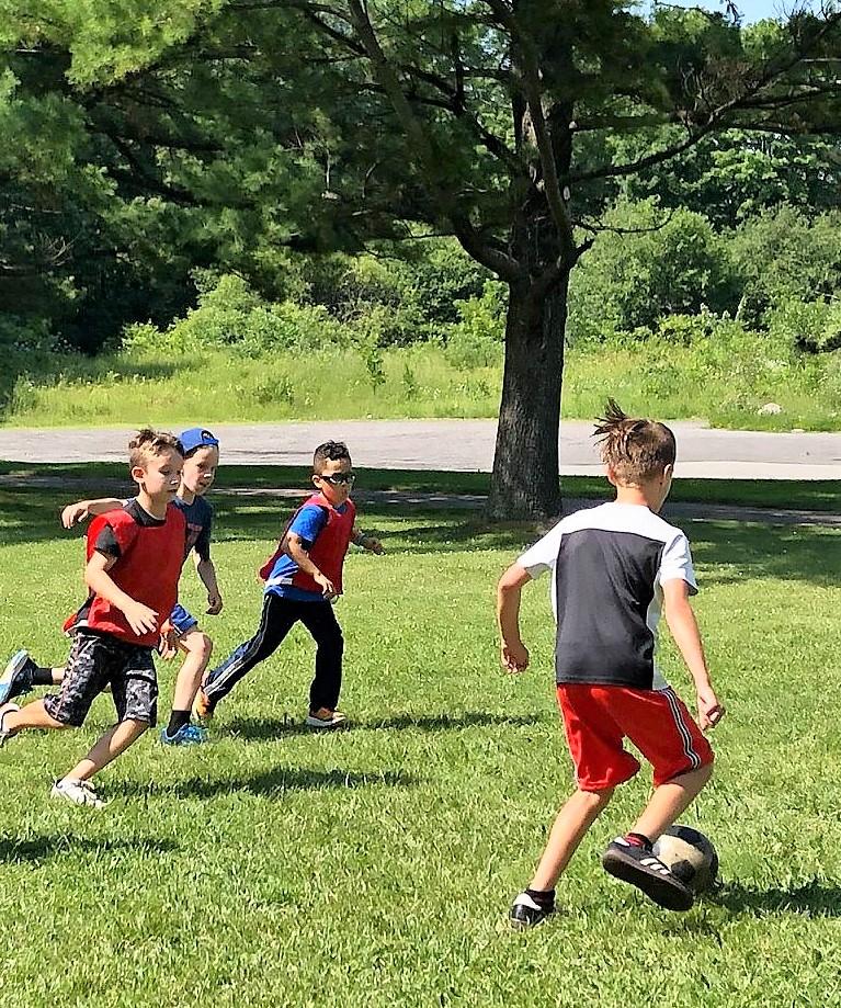 Enfants font une activité sportive au camp d'été