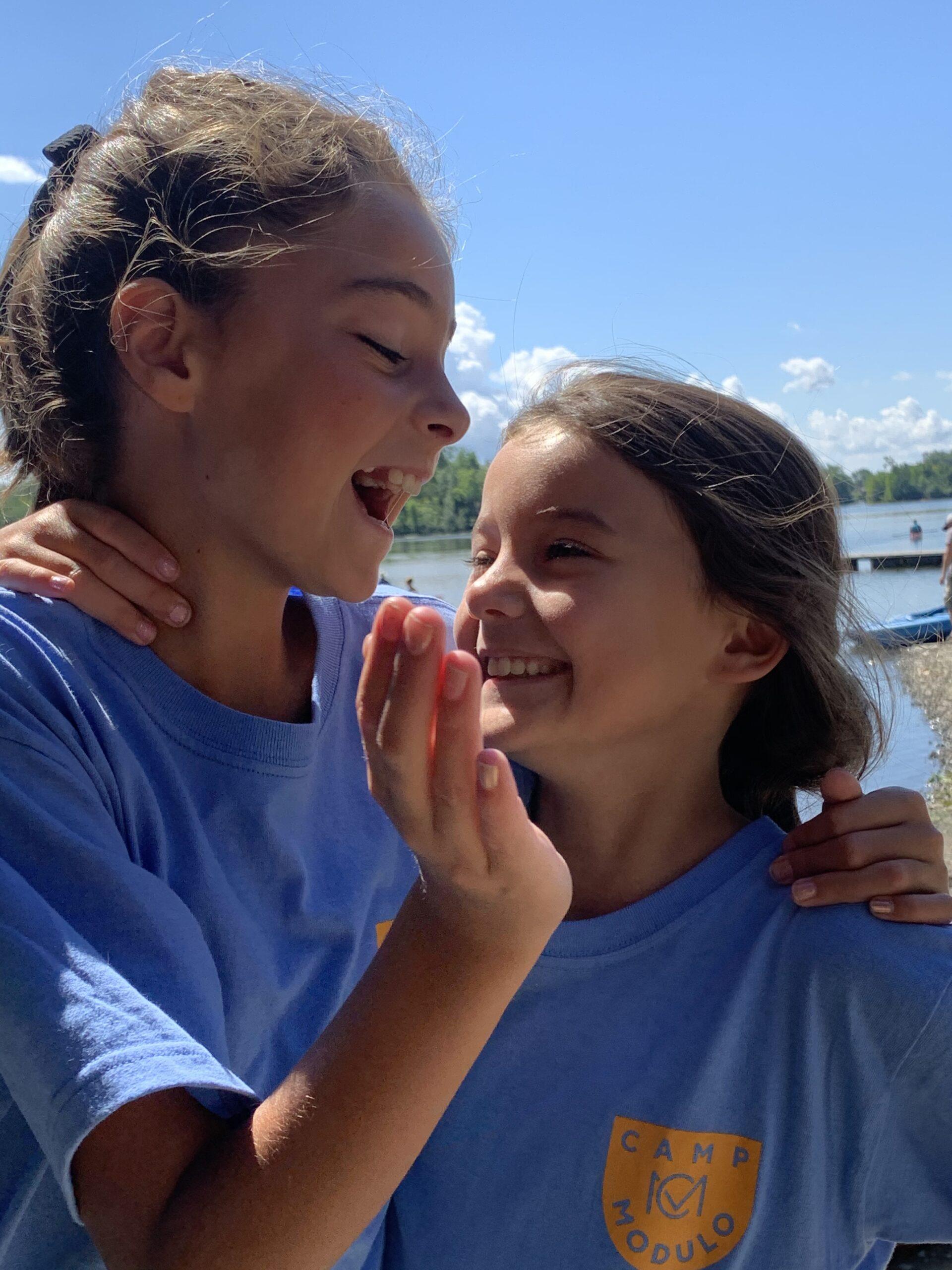 2 jeunes filles aux camps de jour modulo