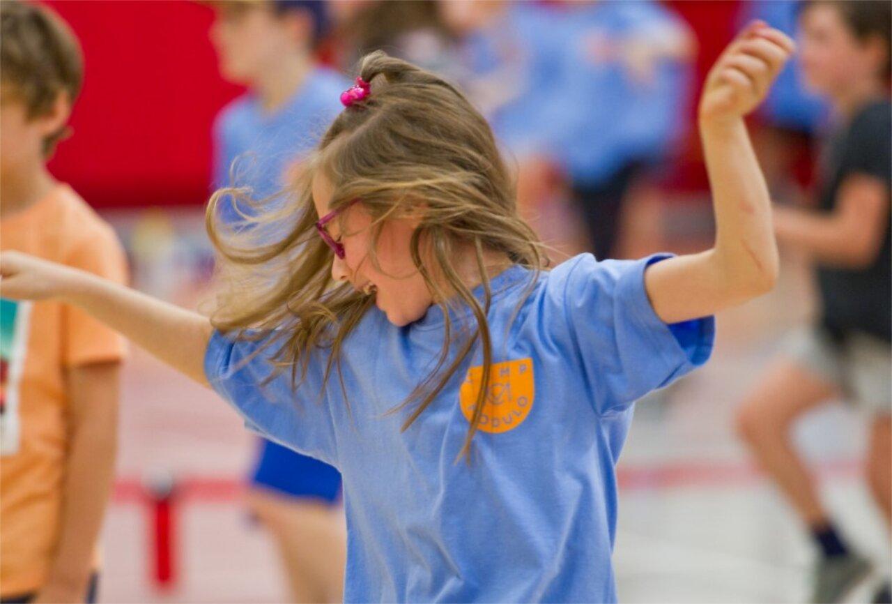Enfant danse au camps de jour modulo